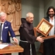 Padre Polidoro consegna la Palma d'Oro ad Enzo Muscia.